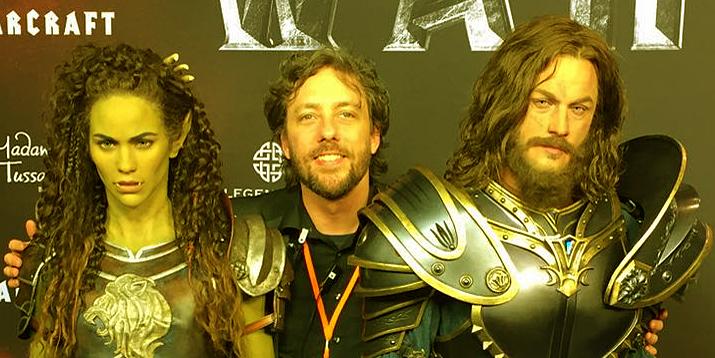 Frank mit den beiden Wachsfiguren von Madame Tussauds zum Warcraft-Film bei der Social Movie Night in Berlin.